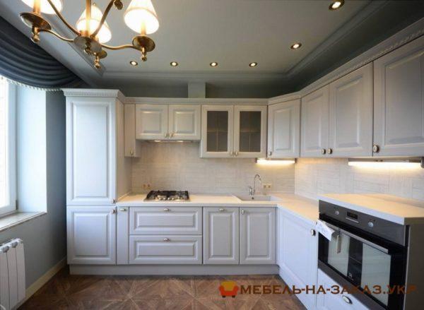 угловая кухня двухцветная на заказ с карнизом