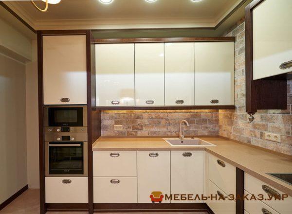 угловая кухня с внутренними фасадами