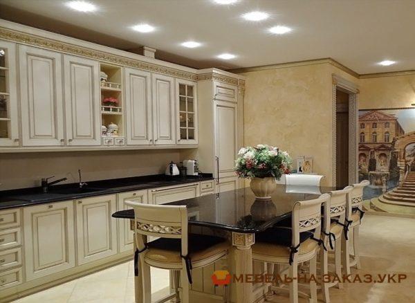 угловая деревянная кухня классическая со столом