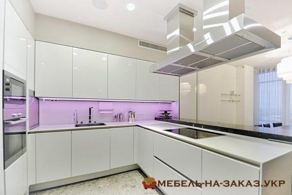 белая дорогая угловая кухня на заказ Буча