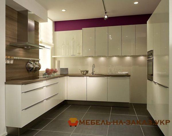 глянцевая кухня с глянцевыми фасадами и подсветкой