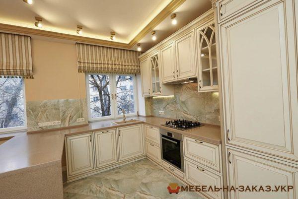 угловая кухня с подсветкой в новой квартире