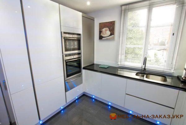 угловая кухня с подсветкой синего цвета