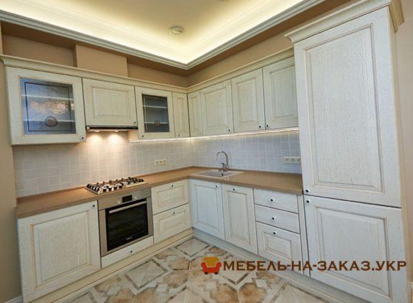 угловая кухня со стеклянными дверьками