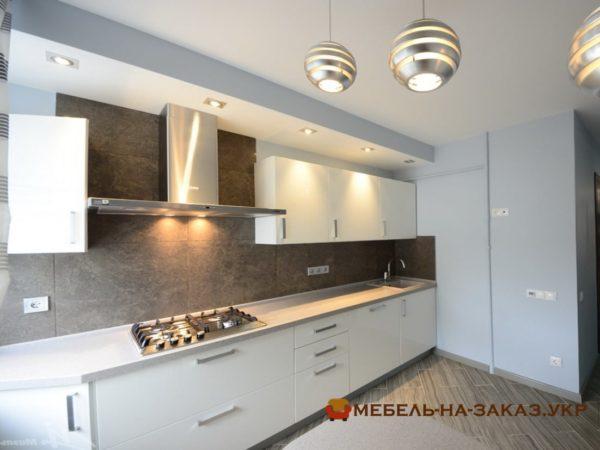кухня прямой формы со встроенной варочной поверхностью