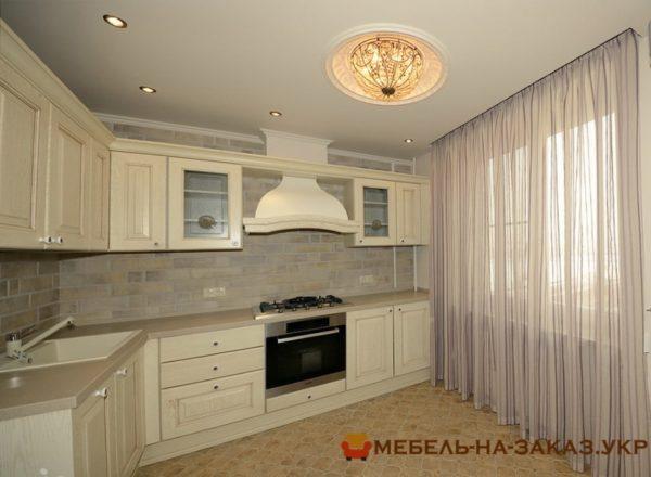 угловая кухня с вытяжкой