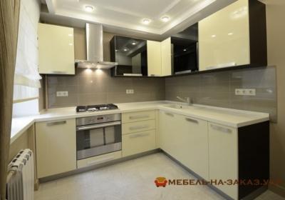 желтая угловая кухня с вытяжкой и духовкой