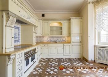 кухня в классическом стиле со встроенной бытовой техникой