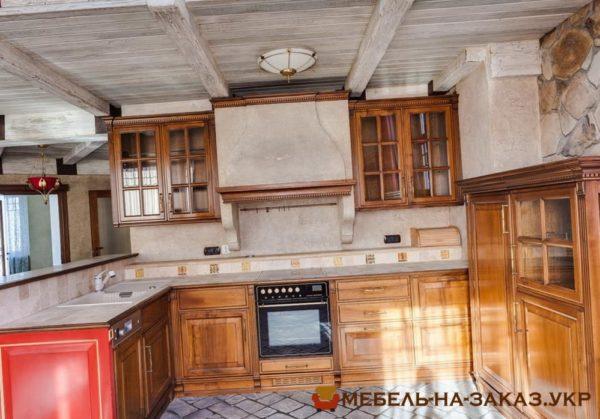 кухня с деревянными фасадами лакированными
