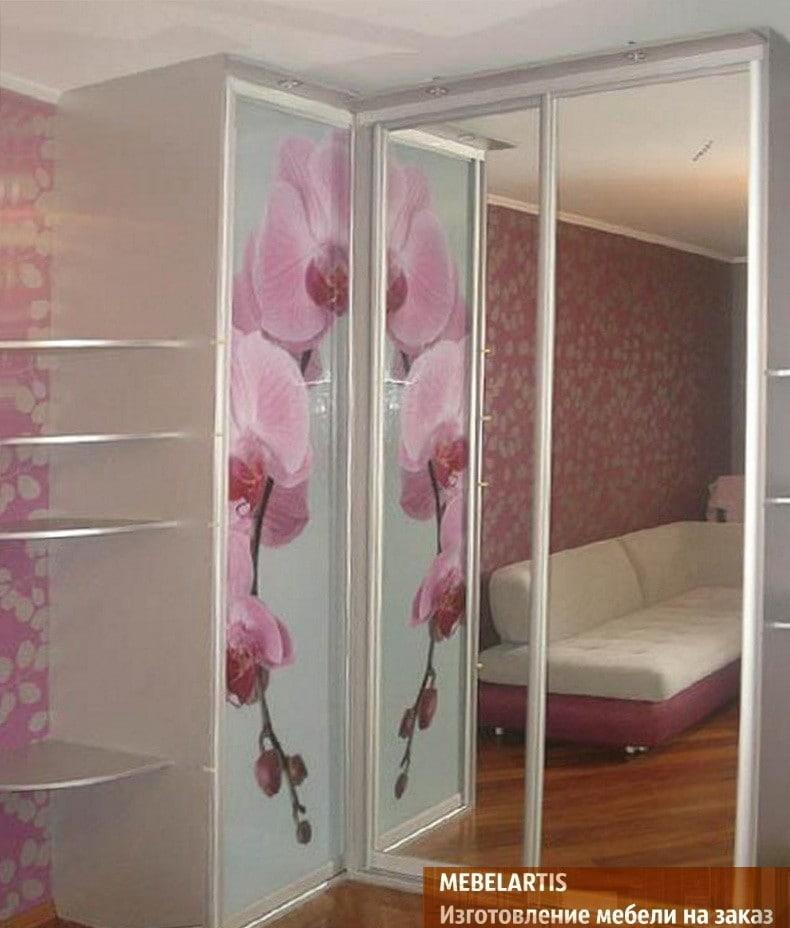розовые цветы на шкафах