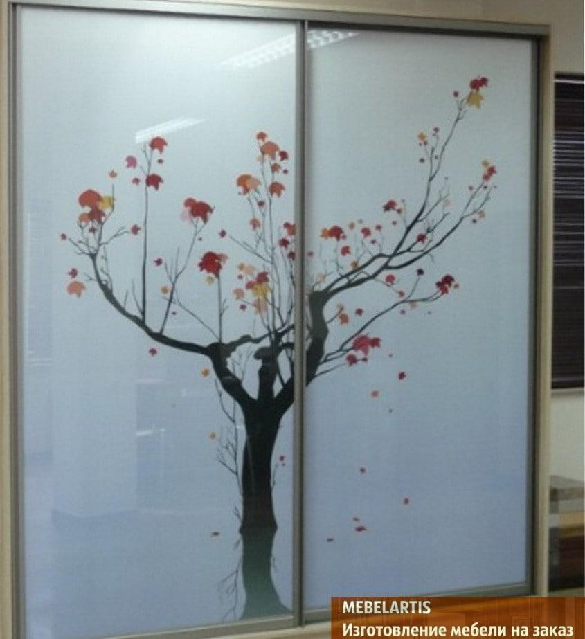 рисунок дерева на шкафе-купе