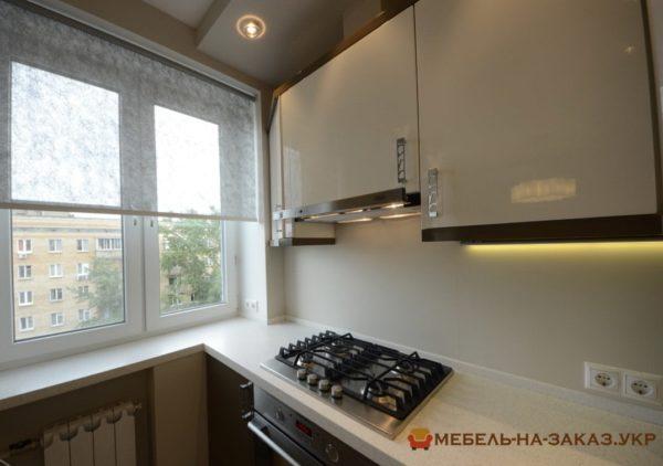 глянцевая кухня встроенная угловая из дсп