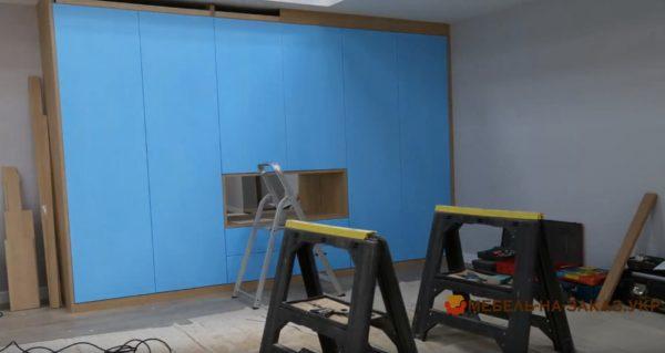 синий шкаф в гостиную на заказ