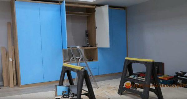 синий шкаф в гостиную