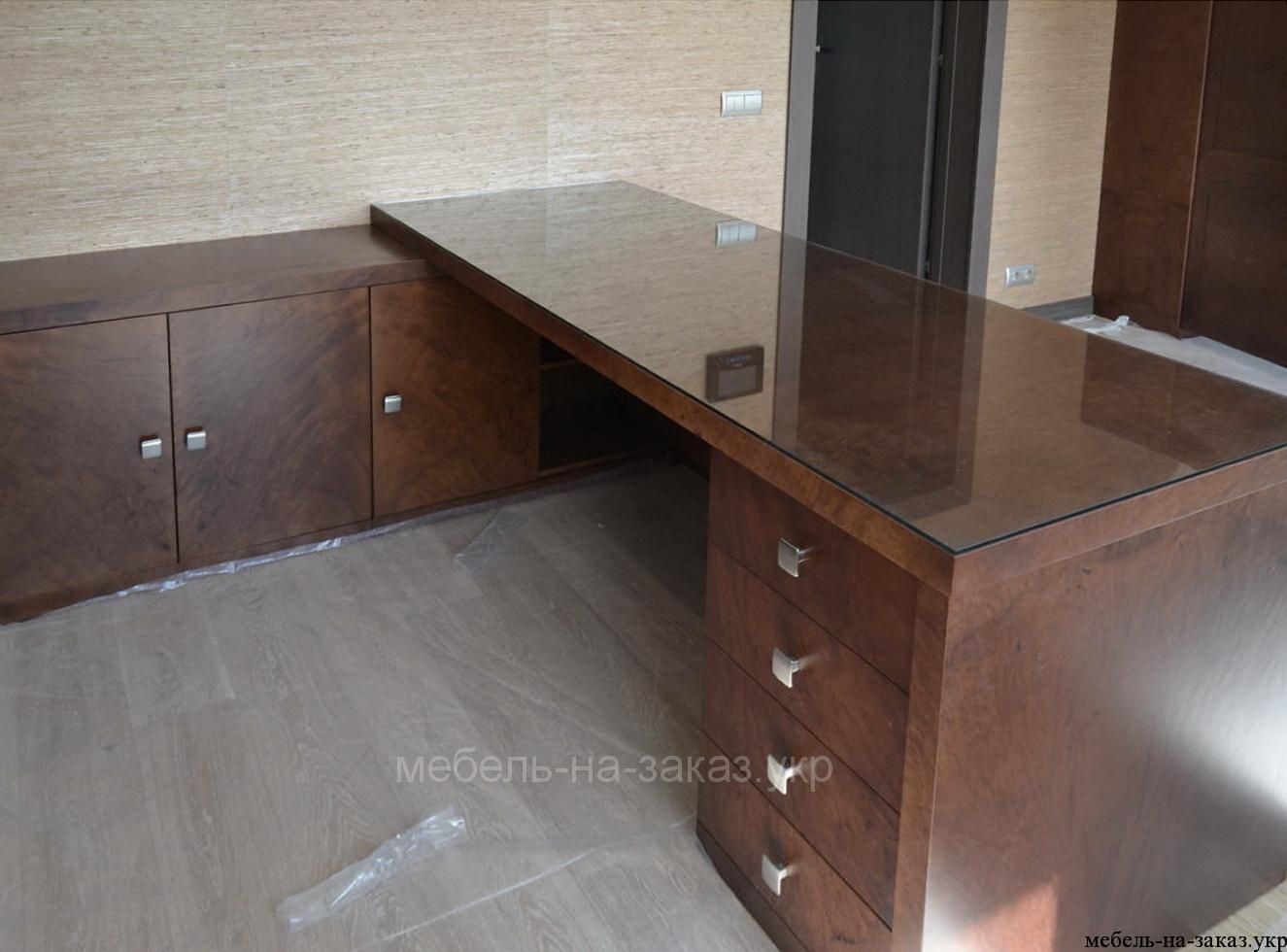 стол покрытый шпоном