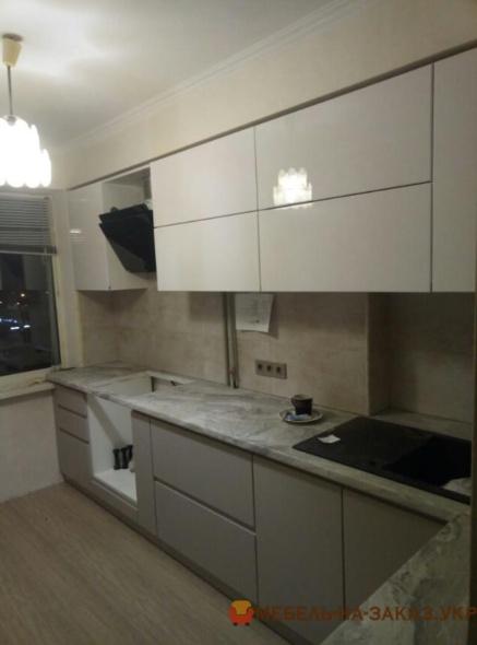 белая прямая кухня встроенная в новострой