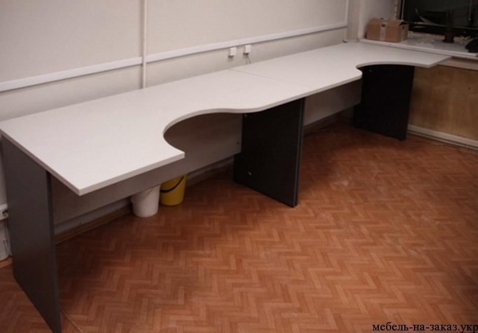 столы вдоль стены
