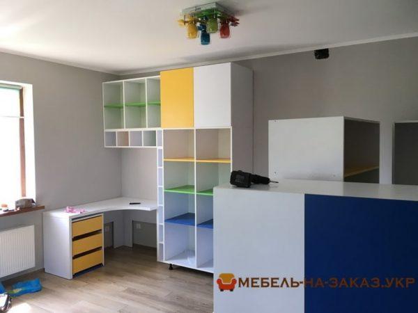 разноцветная мебель в гостиную