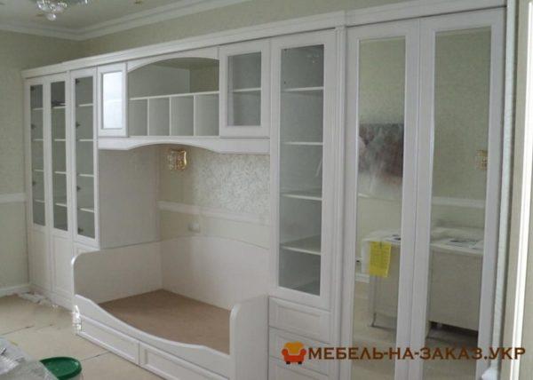 заказать деревянный шкаф в гостиную