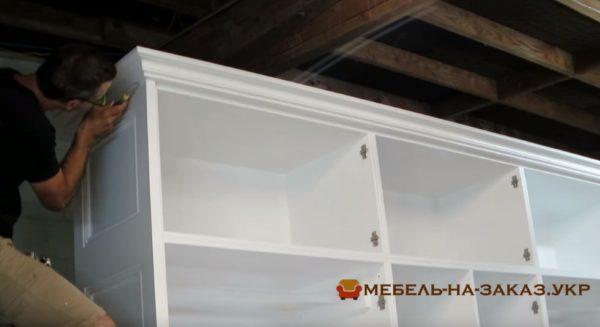 встроенный шкаф из дерева в гостиную под заказ в кИеве