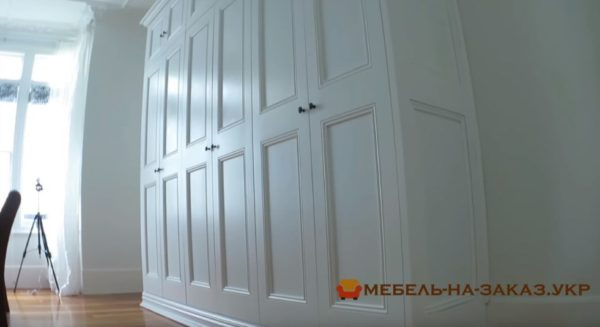 встроенный шкаф из дерева в гостиную на заказ
