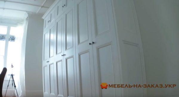 встроенный шкаф из дерева в гостиную