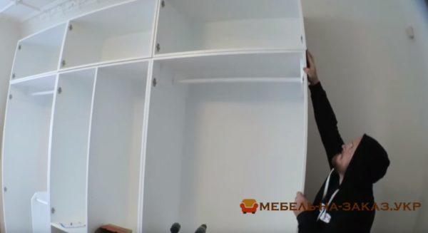 белый шкаф для гоастиной
