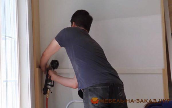 установка деревянного шкафа в гостиную