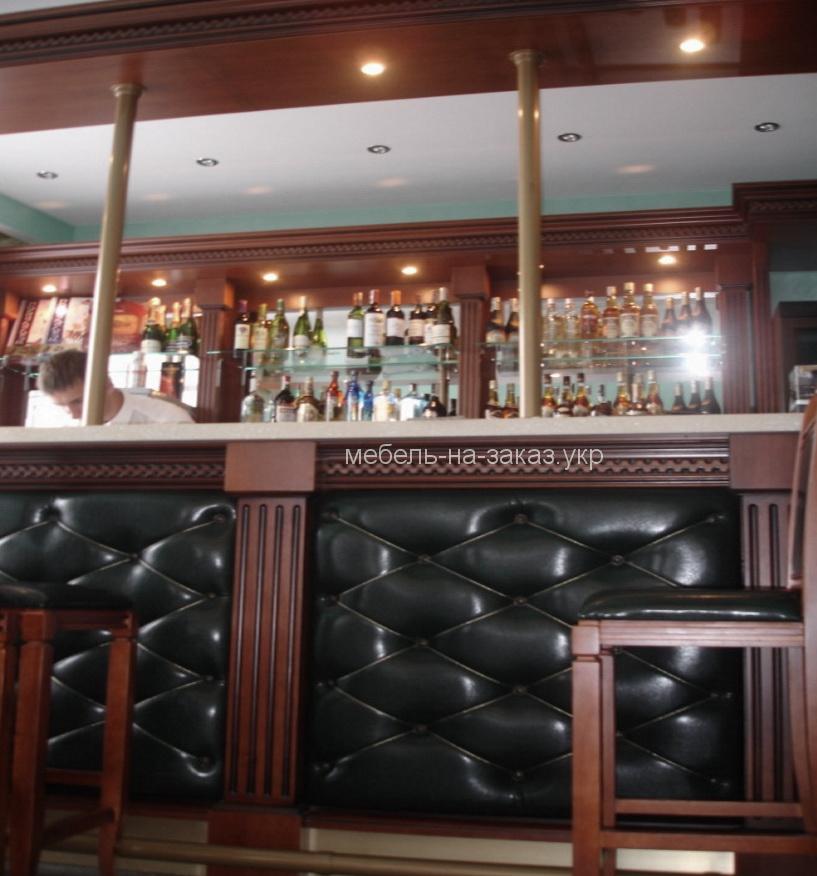 деревянная барная стойка с кожаными панелями