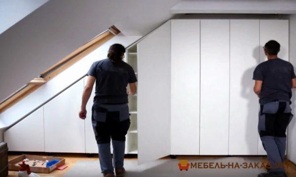 встроенный нестандартный шкаф для мансарды