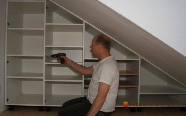 мебельщик делает шкаф