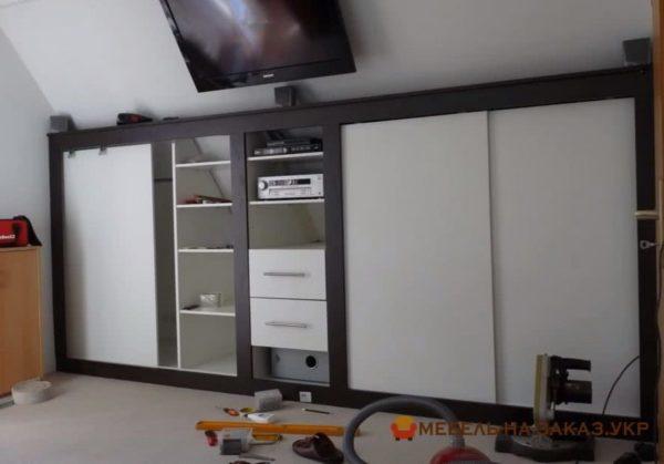 встроенный шкаф под скатом крыши на заказ