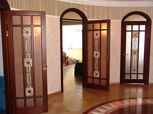 двери из массив под заказ с витражами