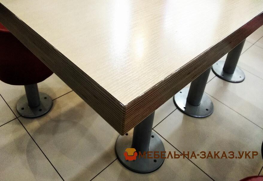 стол из дерева в кафе