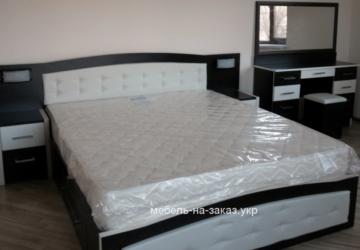двойная кровать на