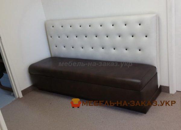 бело коричневый диван в кафе