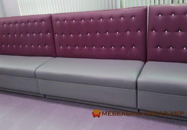 малиновый диван в кафе на заказ