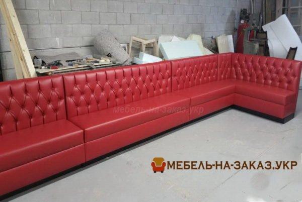 длинные красный диван в кафе