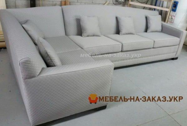 угловой белый диван в кафе