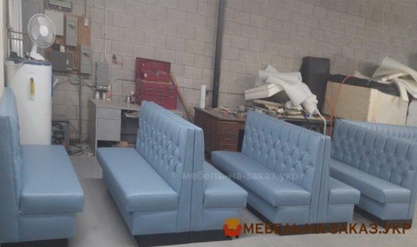 голубые диваны в кафе