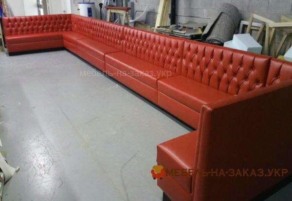 очень длинный диван для ресторана
