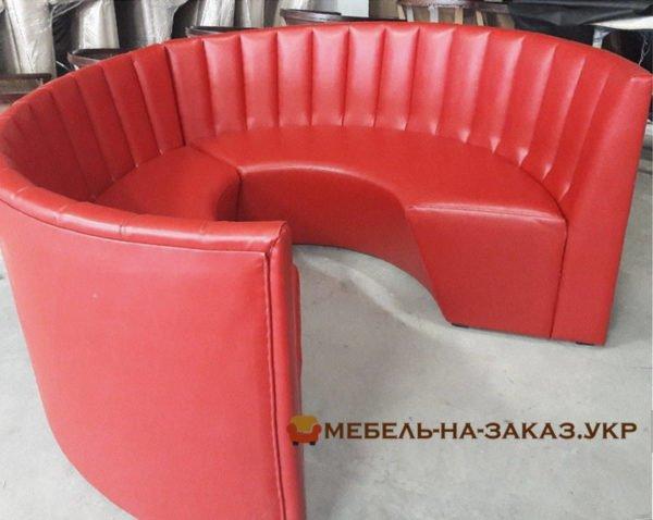 круглый красный диван в кафе