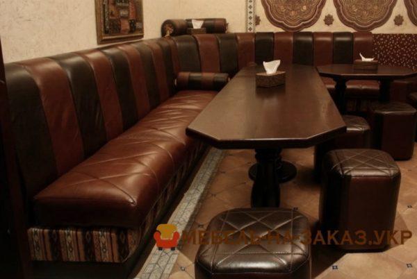 кожаный угловой диван в кафе