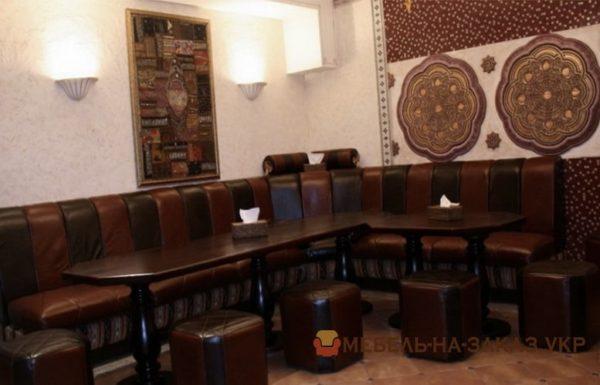 диван и деревянный стол в кафе под заказ