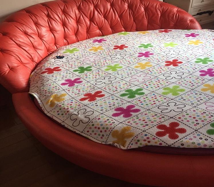 красная радиусная кровать