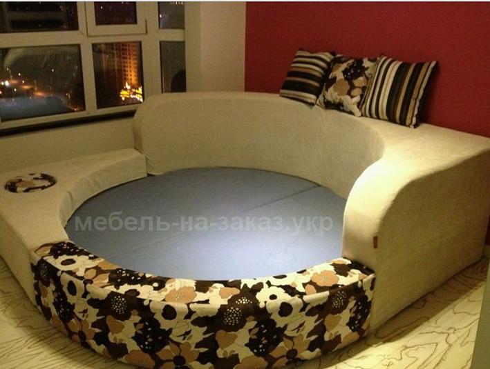 дизайнерская радиусная кровать под заказ красного цвета