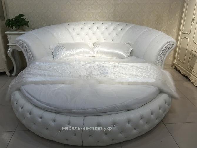 белая кровать с радиусом