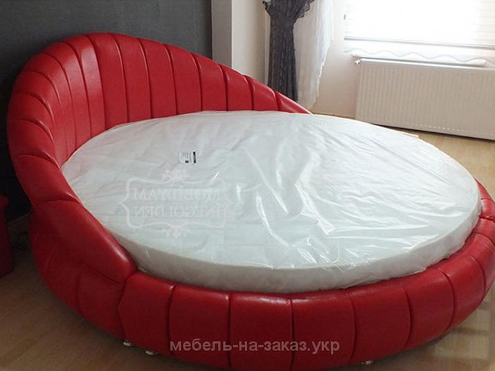 красная круглая кровать