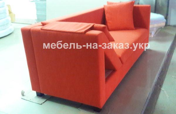 красный диван с необычным изголовьем