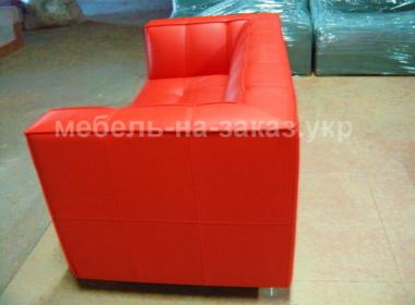 красный прямой диван